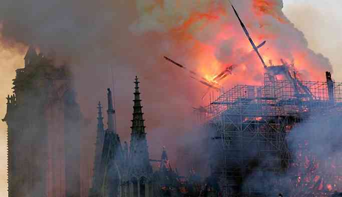 Notre Dame Katedrali'ndeki yangın 9 saat sonra söndürüldü