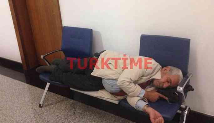 AKP'li vekile ulaşamayan yurttaş kapıda uyuyakaldı