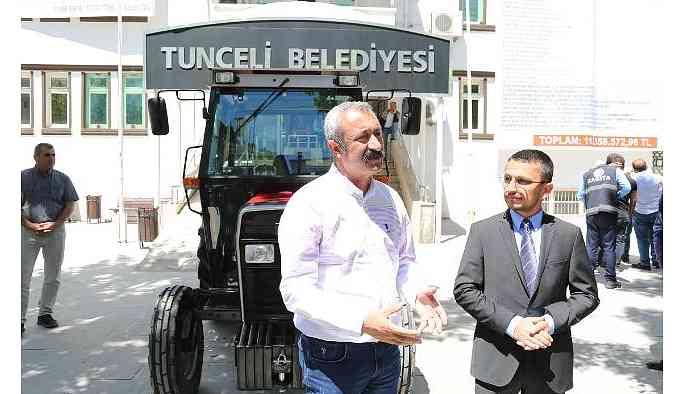 Çiftçiler gününde Komünist Başkan'a traktör hediye etti