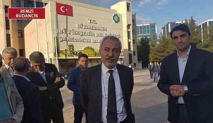 Diyarbakır Belediyesi'nde hareketlilik: Çevik kuvvet içeri girmek istedi