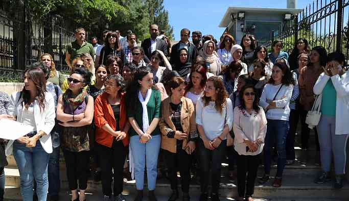 Kadınları fuhuşa zorlayan polisin tutuklanmasını istediler