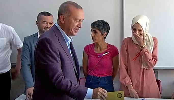 Erdoğan'a yüz çeviren kadın: Tepki göstermemek 'fıtratıma aykırı'