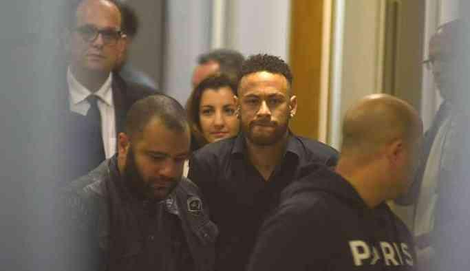 Tecavüzle suçlanan Neymar polis merkezine götürüldü