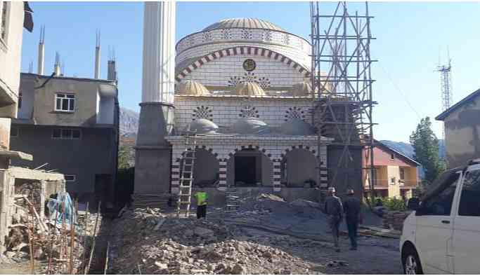 'Çürüdü' denilerek yıkılan cami için 'terör saldırısı' dendi
