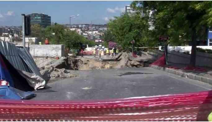 Metro inşaatı sırasında caddede çökme meydana geldi