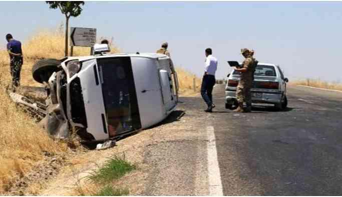 Minibüs otomobile çarptı: 12 yaralı