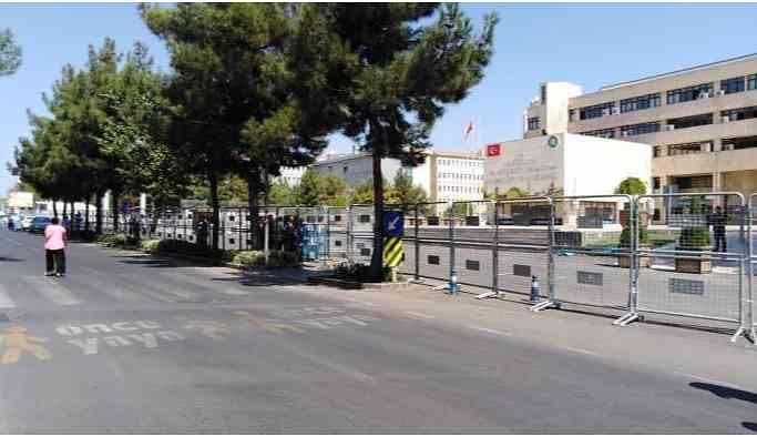 Diyarbakır'a girişler yasaklandı, belediyeye çıkan yollar kapatıldı