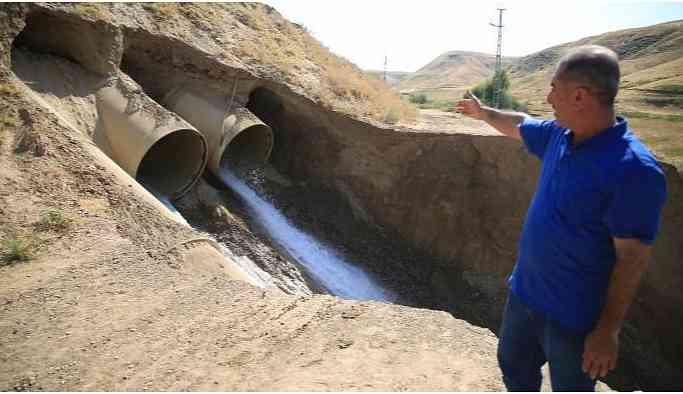 Sulama kanalı patladı, tarım arazileri su altında kaldı