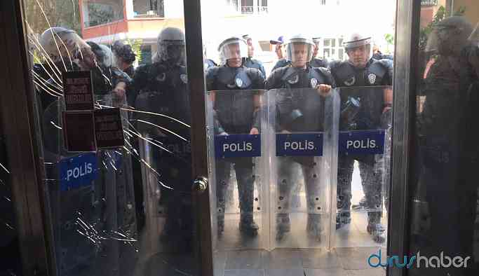 HDP'nin otobüsünü vinçle çeken polis yerine çadır kurdu