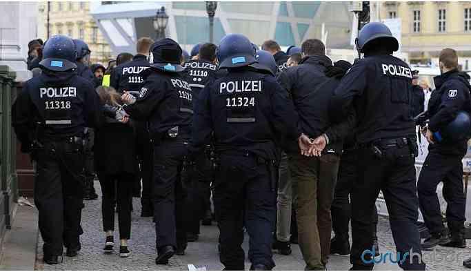 Almanya'da ikisi Türk 3 DAİŞ'li gözaltına alındı