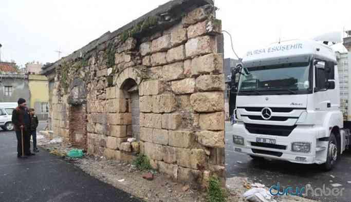 Belediye tarihi eserin üstüne asfalt döktü