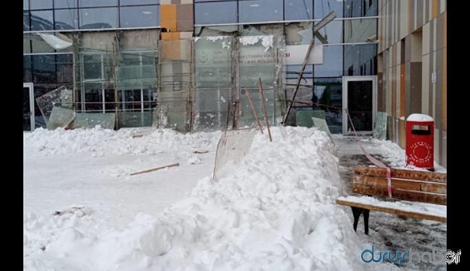 Hastane girişindeki cam tavan çöktü: Yaralılar var