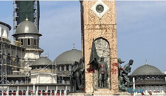Taksim'deki Cumhuriyet Anıtı'na kırmızı boya atıldı