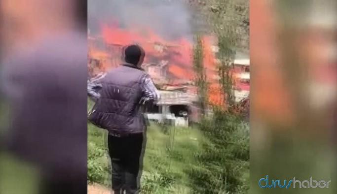 Artvin'in Dokumacılar köyünde yangın: 70 evin çoğu yandı