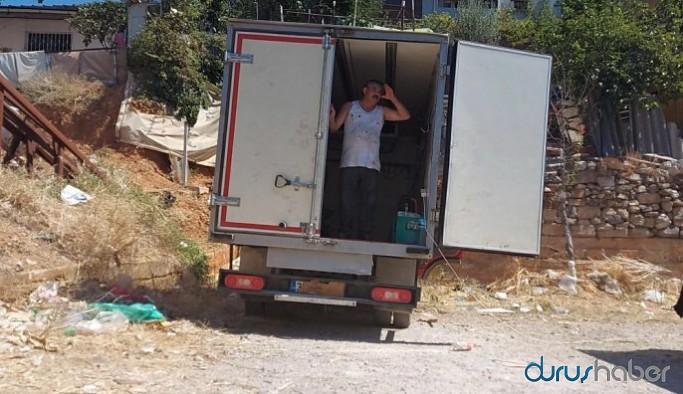 İzmir'de kamyonet arkasında kurban kesimi