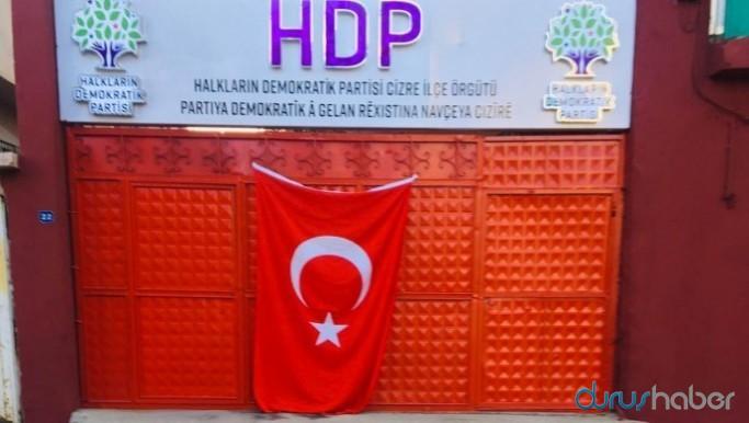 Yakılmak istenen HDP binasının kapısına bayrak astılar