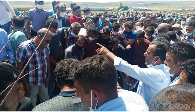'Tehdit' sonrası ölü bulunan asker defnedildi: Törende askere tepki