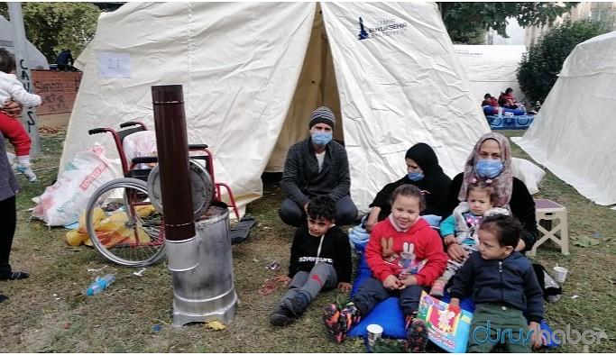 Tek çadır verilen Suriyeli aile parkta yatıyor