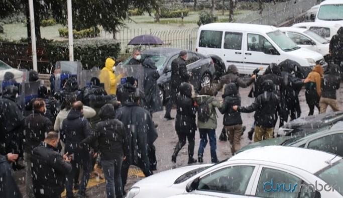 Deniz Baran Erbudak için açıklama yapmak isteyen öğrencilere polis müdahalesi, gözaltılar var
