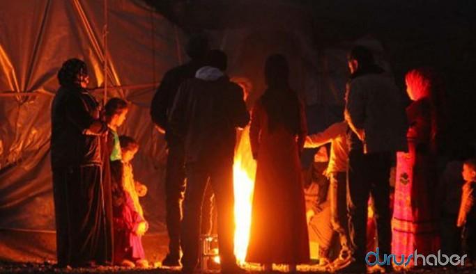 Elektrikleri kesilen mülteciler kıyafetlerini yakarak ısındı