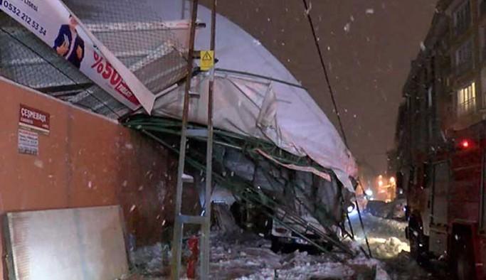 İstanbul'da 6 araç çöken çatının altında kaldı