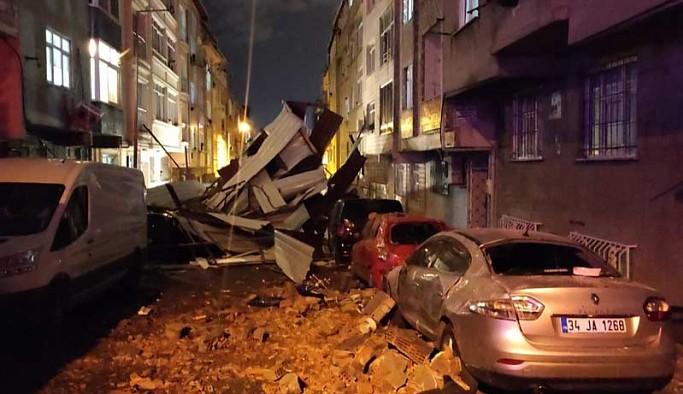 İstanbul'da fırtına: Çatılar, araçların üzerine uçtu