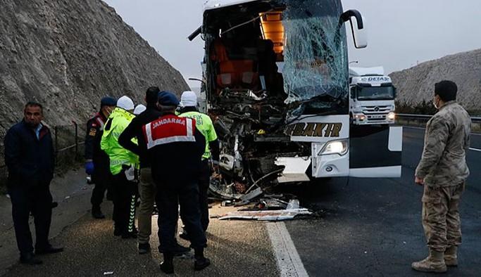 Urfa'da yolcu otobüsü TIR'a arkadan çarptı: 3 ölü, 30 yaralı