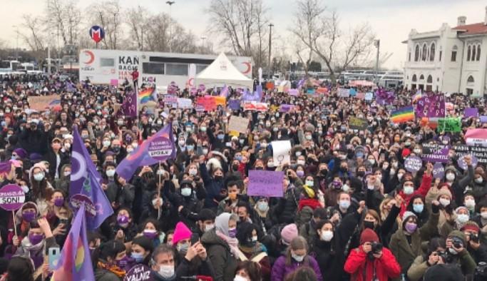 Binlerce kadın Kadıköy'de bir araya geldi: Yaşama hakkından, eşitlikten, haklarımızdan, vazgeçmiyoruz
