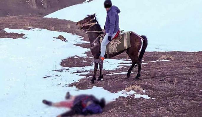 Çocuklarını bulmak için çıktıkları yolda donarak öldüler