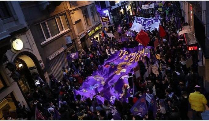 Taksim'i mora boyayan kadınlar 'isyan' sloganlarıyla yürüyor