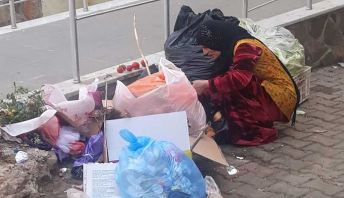 Yiyecek bulamayan halk, çöplere yöneliyor