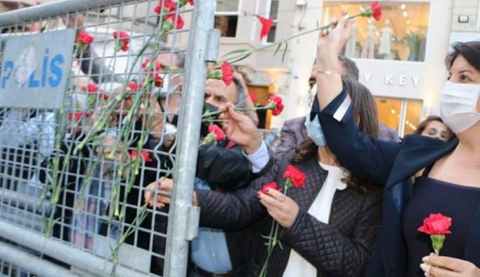 Cumartesi Anneleri Galatasaray Meydanı'na karanfil bıraktı