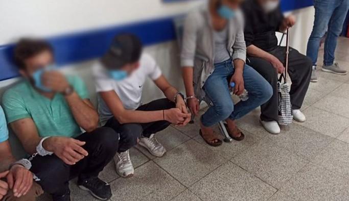 Harmandalı Geri Gönderme Merkezi'nde işkence edilen mülteciler kelepçeyle birbirine bağlandı