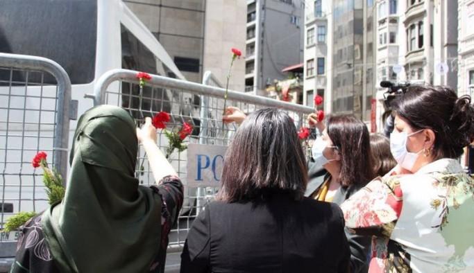 Pervin Buldan, Anneler Günü'nü Galatasaray Meydanı'nda kutladı