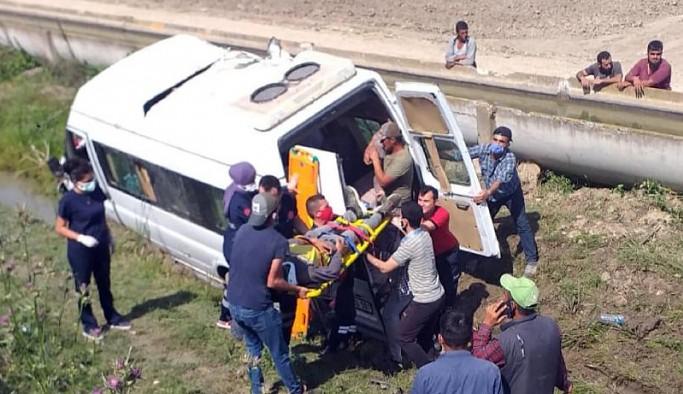 Tarım işçilerini taşıyan minibüs devrildi: 2'si ağır 7 yaralı