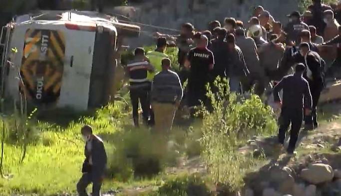 Yolcu minibüsü şarampole devrildi: 16 yaralı