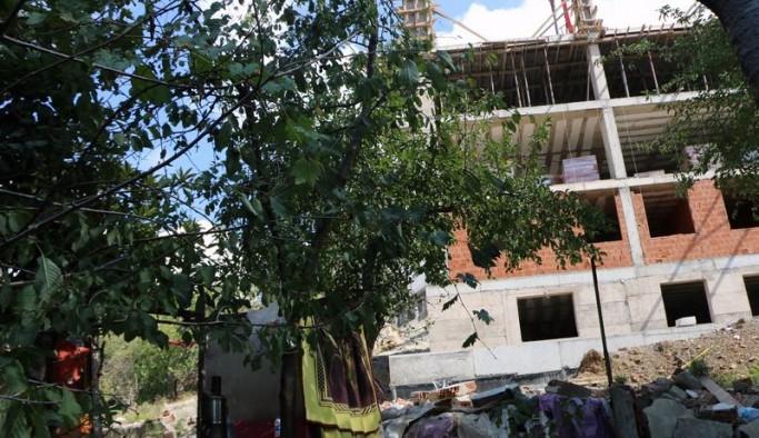 İstanbul'da 'dere Islahı' denilerek yıkılan gecekonduların yerinde AKP'li başkanın köylüsü apartman yaptı
