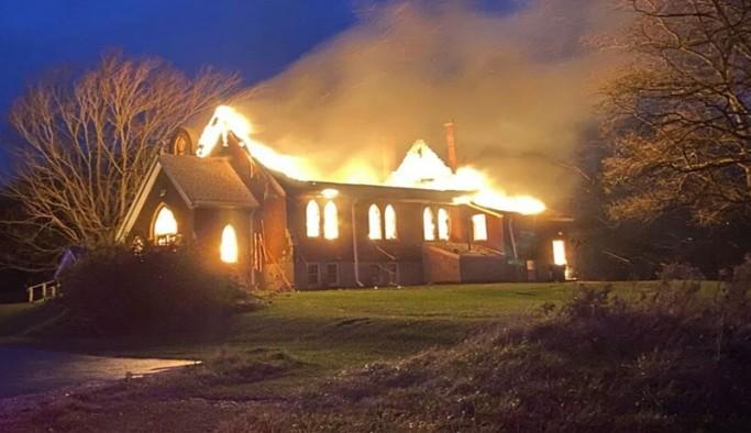 Kanada'da Katolik kiliseleri ateşe veriliyor