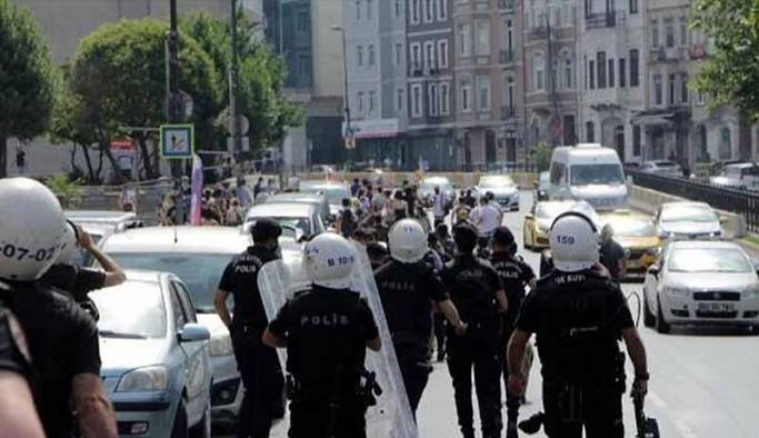 Polisin attığı ses bombasına 'Çocuk uyuyor' diye tepki gösteren yurttaş, evinden gözaltına alındı