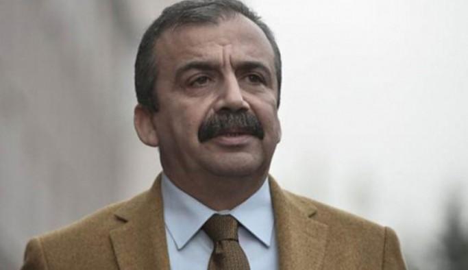 Sırrı Süreyya Önder: HDP kitlesi, elinde kör bıçakla bekleyenin bıçağını asla yalamaz