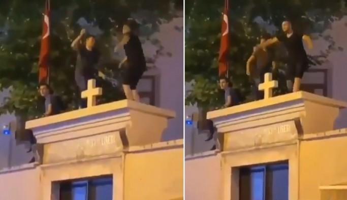 Kadıköy'de Surp Takavor Kilisesi'nin üstüne çıkarak dans eden 3 kişi gözaltına alındı