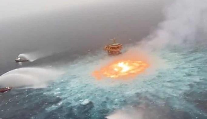 Meksika Körfezi'nde okyanus üzerinde yangın