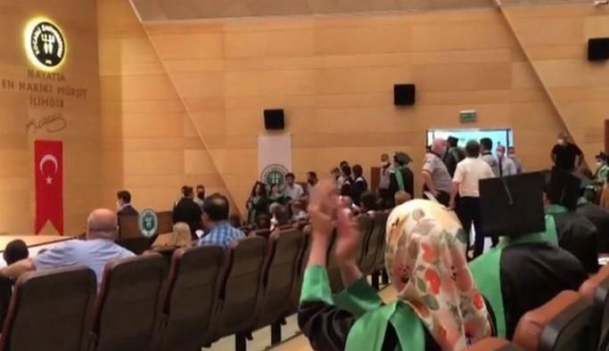 Mezuniyet töreninde 'İstanbul Sözleşmesi yaşatır' ve 'UnutMADIMAKlımda' tişörtüne müdahale