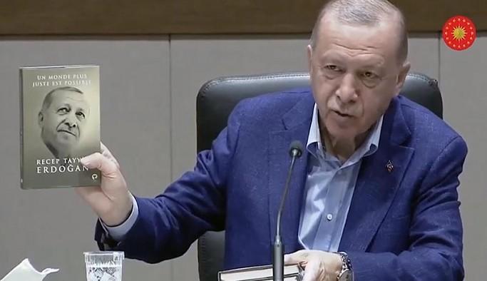 Kitabının Fransızcasını gösteren Erdoğan 'İngilizcesi' dedi