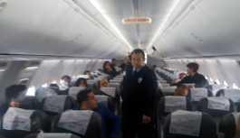 Yolcular önce 'kapı arızası', sonra 'Mesai bitti' denilerek uçaktan indirildi