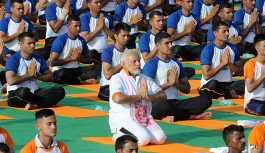 Hindistan Başbakanı Modi, 50 bin kişiyle yoga yaptı