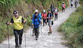 Endonezya'daki deprem sonrası aktif volkanda mahsur kalan yürüyüşçüler kurtarıldı