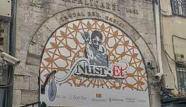 Kapalıçarşı'daki tarihi kapıya asılan Nusr-Et tabelası, tepki çekti