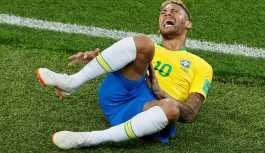 Neymar yerde yuvarlanırken Dünya Kupası 14 dakika durdu
