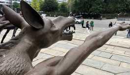 Almanya'da Hitler selamı veren bronz kurtlar